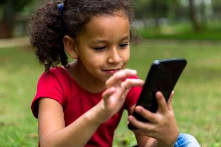 Girl-kid-cellphone